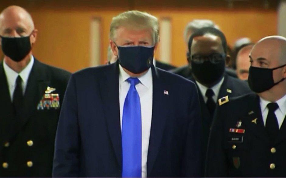 Trump aparece de máscara em público pela primeira vez desde início da pandemia