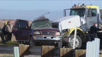 Colisão entre carro com 27 pessoas e caminhão deixa 15 mortos nos EUA