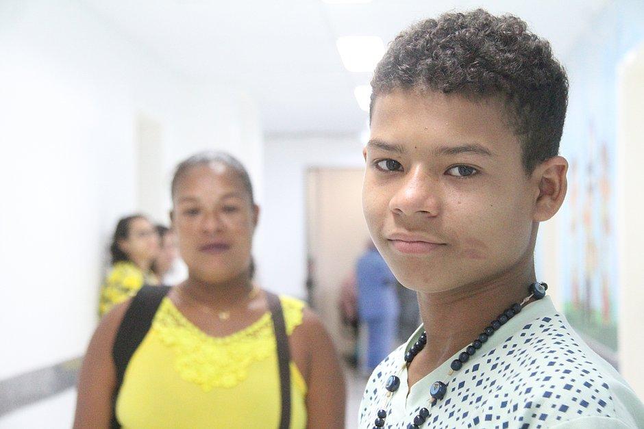'Nunca me senti mal', diz primeira criança baiana a tratar leucemia sem quimioterapia