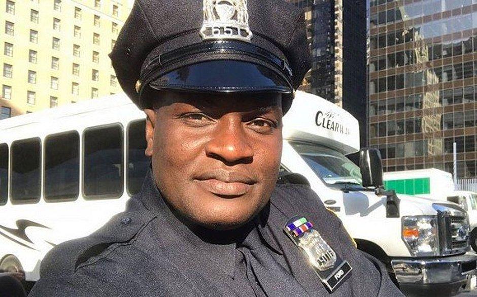 Mulher mostra ex-dançarino Jacaré com uniforme de policial no Canadá