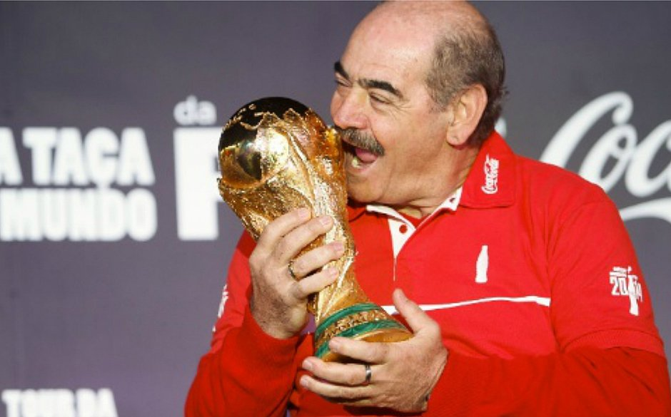 Campeão mundial com a seleção brasileira em 1970, Rivellino é homenageado no México
