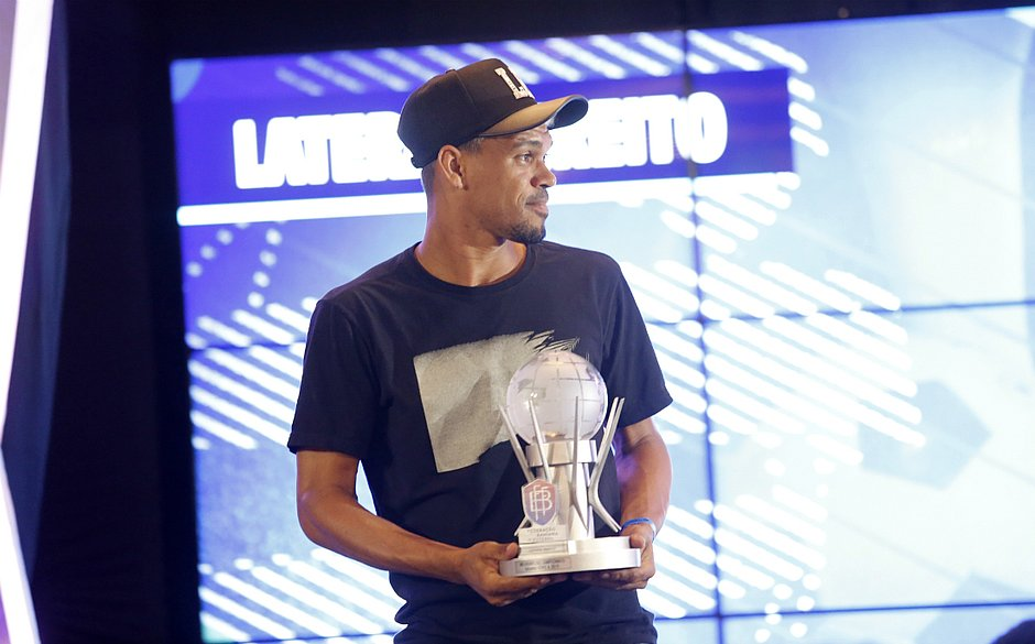 Van recebeu troféu de melhor lateral direito do Baianão