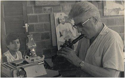 Walter Smetak ao lado da máquina em que escrevia seus textos