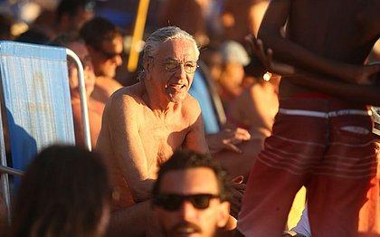 Cantor aproveita a tarde de sol no Porto da Barra