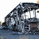 Destroços dos ônibus continuaram nos bairros até o final da tarde
