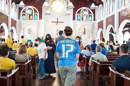 Após padre ser afastado por criticar presidente, bolsonaristas lotam igreja