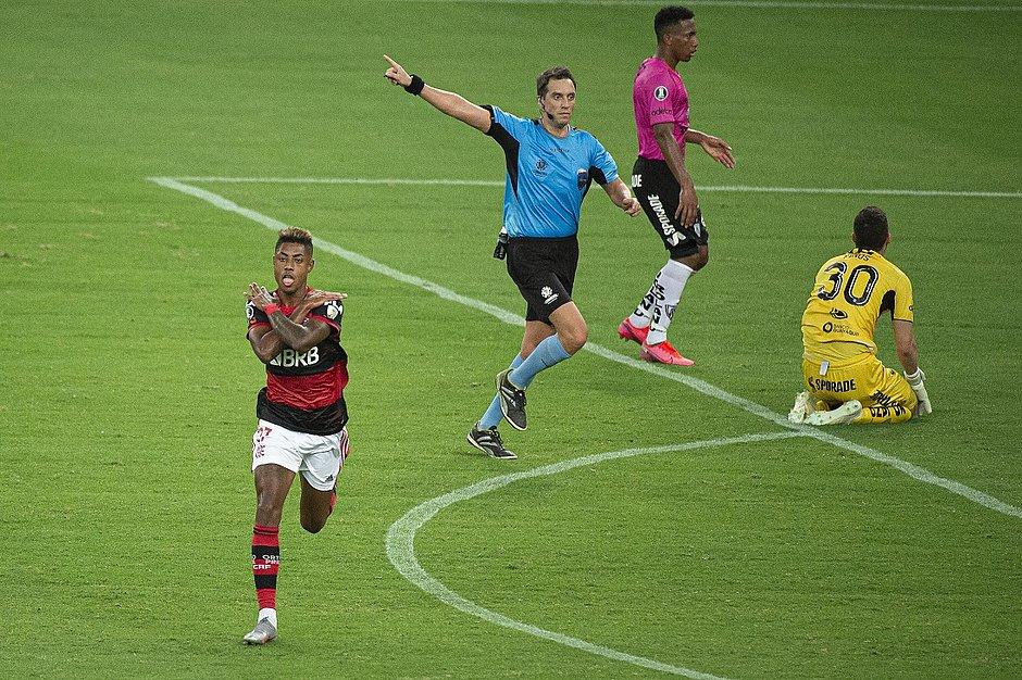 Bruno Henrique comemora um dos seus gols no Maracanã