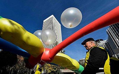 Ativistas da anistia  internacionais seguram um balão gigante durante um protesto em frente à sede da Google em Madrid, como parte de uma campanha para que a  Google cancele o lançamento de uma ferramenta de busca na China.
