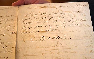 Detalhe da carta suicida de Baudelaire, incluída numa coleção de autógrafos e manuscritos, à venda num leilão em Paris.