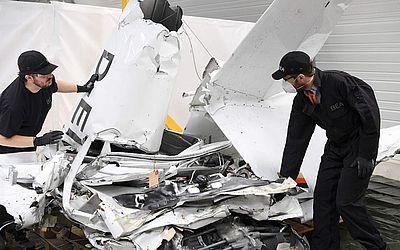 Os pesquisadores do escritório de investigação e análise (Bureau d'Enquete et d'Analyses - BEA) verificam os destroços de um avião que caiu em um galpão em sua sede e analisam os motivos do acidente.