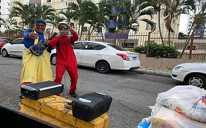 Salvador Unida: palhaço e cantor divertem público nas varandas e pedem doações