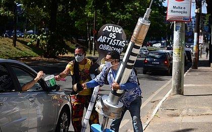Adilson Guedes segura a seringa de três metros ao lado do amigo Djalma Santos