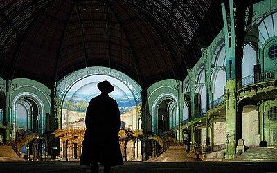 O diretor alemão Wim Wenders observa a projeção de um dos seus filmes no Grand Palais em Paris,