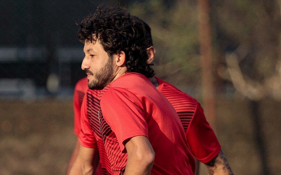 Titular do Vitória, Fernando Neto treina no CT do Guarani