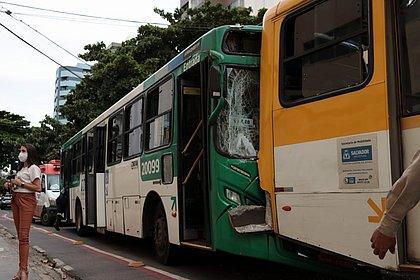 Engavetamento com 3 ônibus deixa 4 feridos na Pituba