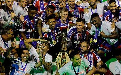 Jogadores do Bahia comemoram o título no Barradão