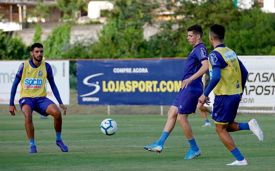 Ronaldo, com a bola, treina entre os titulares no Fazendão, observado por Ignácio e Flávio