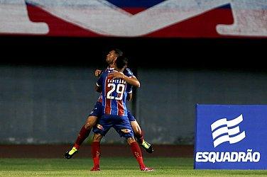 Juninho e Gilberto comemoram gol contra o Imperatriz