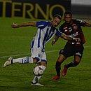 Guilherme Rend tentando bloquear a finalização de Paulo Sérgio