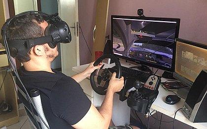 Em casa, o piloto Daniel Machado, 28 anos, participa de corridas virtuais de automobilismo