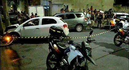 Carro invade calçada após batida, atropela quatro pessoas e mata mulher em BH