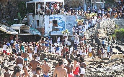 Multidão acompanha entrega dos presentes na Gamboa