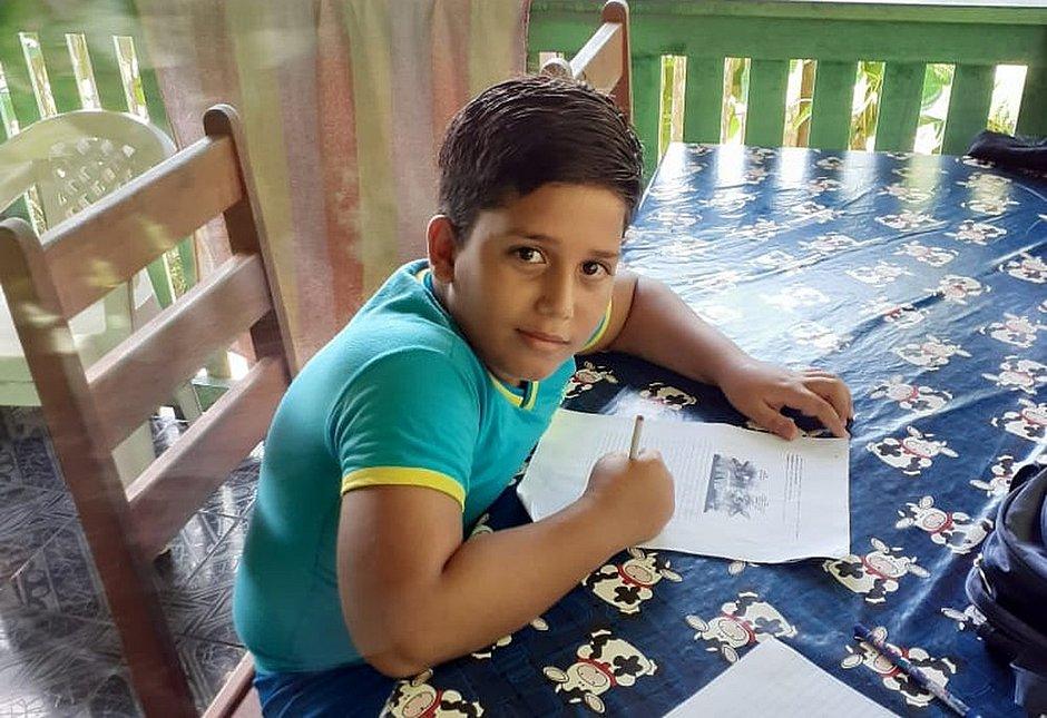 Menino de 11 anos morre com choque ao usar celular que era carregado
