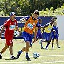 João Pedro treina com bola no Fazendão