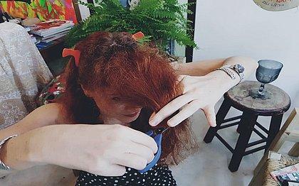 A jornalista Fernanda Slama cortou o cabelo online, com o auxílio de uma profissional que estava no Rio de Janeiro