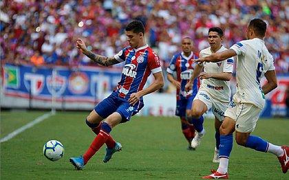 Ronaldo, com a bola, foi titular diante do Fortaleza
