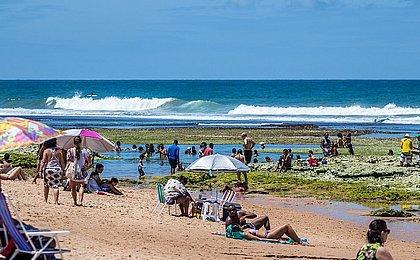Liberadas só na segunda, praias de Salvador enchem de banhistas