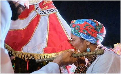Maria de Xindó beija a bandeira da Viradouro, no último ensaio da escola
