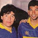 Charles ao lado de Maradona durante a passagem do brasileiro pelo Boca Juniors