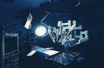 Na cirurgia robótica, o robô assume o paciente na mesa enquanto o médico opera através de um console
