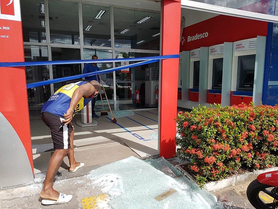 Agência do Bradesco é atacada na Avenida Barros Reis
