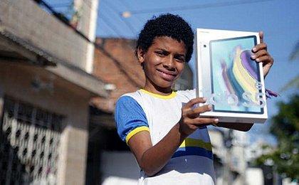 História de menino sem computador que fez trabalho escolar em tablet de loja viraliza