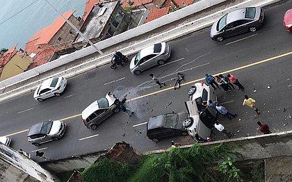 Acidente entre três carros causa congestionamento na Avenida Contorno