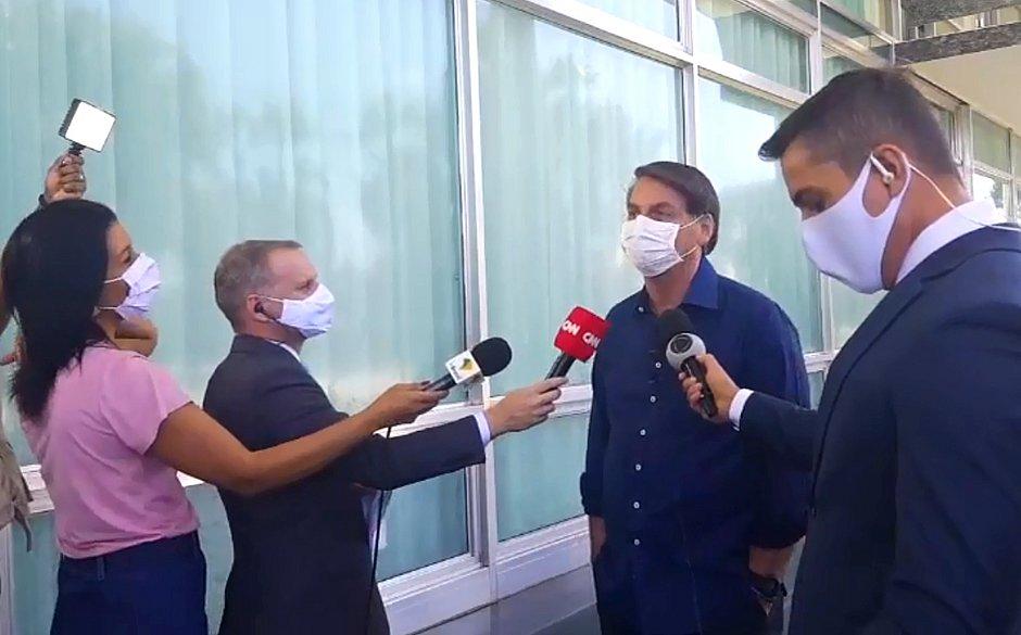 Equipes de TV são afastadas após se aproximarem de Bolsonaro em entrevista