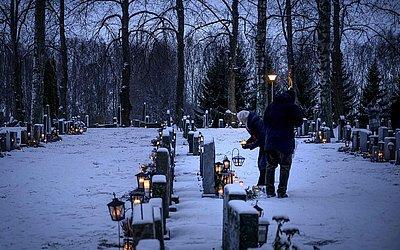 Dia dos mortos num cemitério de Vaasa, na Finlândia.