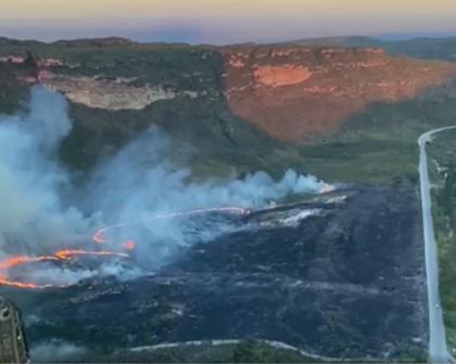 Bombeiros combatem incêndio florestal na região do Morro do Pai Inácio