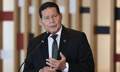 'É claro que vai ter eleição, não somos república de bananas', diz Mourão