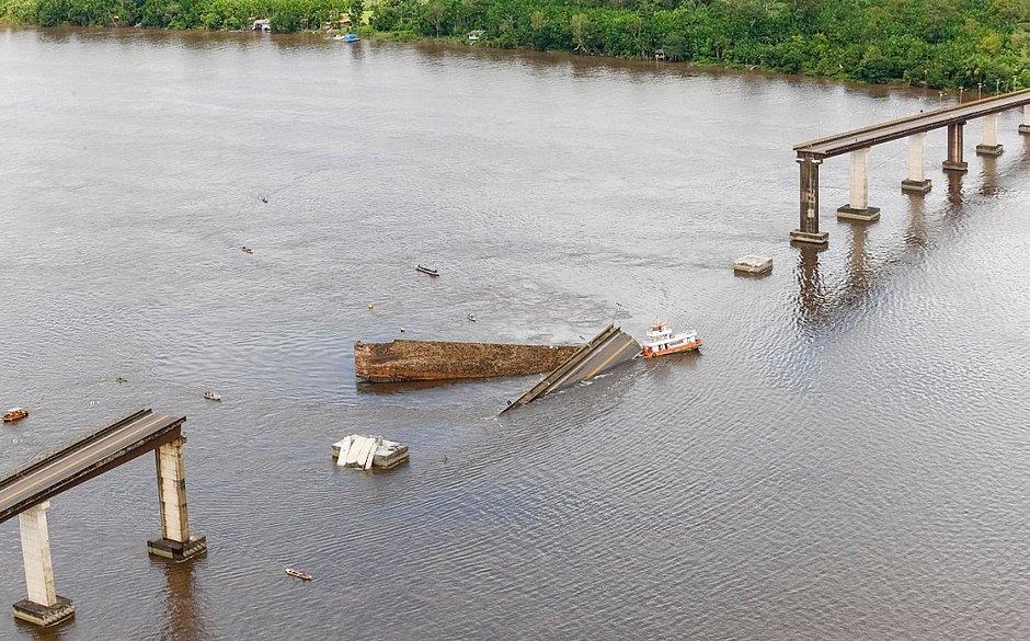 Parte de estrutura de ponte desaba no Pará após ser atingida por balsa