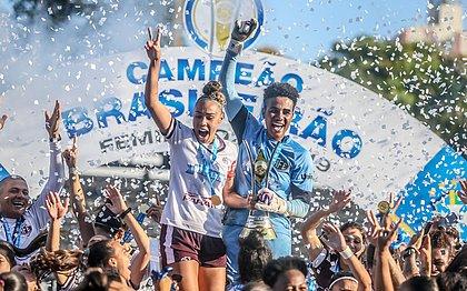 Meninas da Ferroviária comemoram o título do Brasileirão