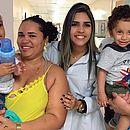 A enfermeira Jéssica Muniz com pacientes e suas mães em setor pediátrico do Hospital Roberto Santos, em Salvador
