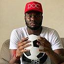 No sofá de casa, Jordy Caicedo se concentra no momento em que vai poder voltar a jogar bola