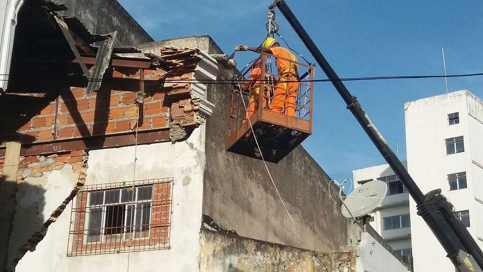 Operários trabalham na demolição de parte da estrutura