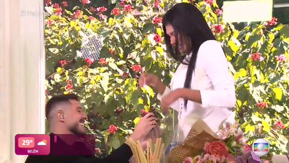 Pocah é pedida em casamento ao vivo no Mais Você