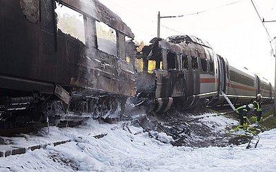 Comboio Inter City Express (ICE) da Deutsche Bahn Alemanha pegou fogo perto de Montabaur.