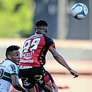 Wesley disputa bola com a defesa do Coritiba durante jogo no Barradão