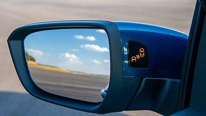 Quando há alguma pessoa ou objeto fora do campo de visão do motorista uma luz laranja acende nos retrovisores do Chevrolet Onix na versão Premier
